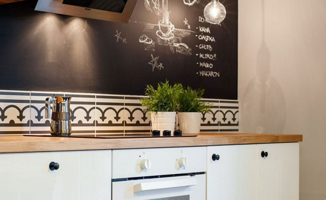 Chalkboard-wall-in-the-kitchen-adds-spunk-to-the-interior