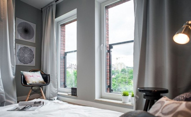 Large-windows-bring-ample-light-into-the-small-bedroom