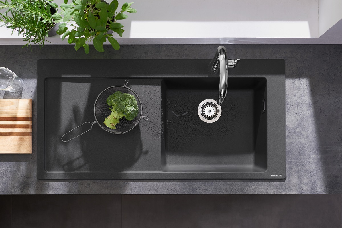 The hansgrohe SilicaTec granite sink with a drainer on the left extends the working area in the kitchen